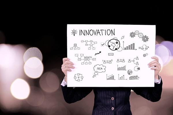 イノベーションの絵を持つ人