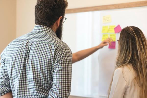 イノベーションを議論する男女