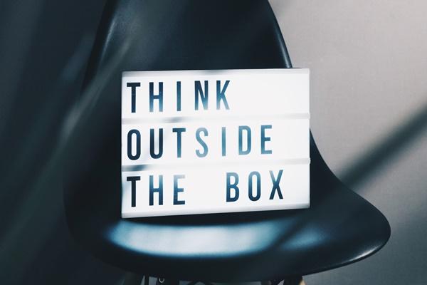 イスの上のThink outside the box