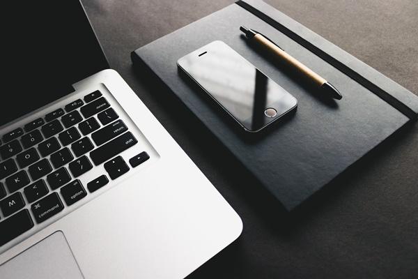 パソコンとペンとスマホ