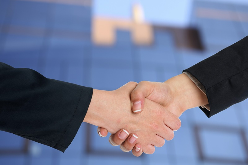 契約締結の握手