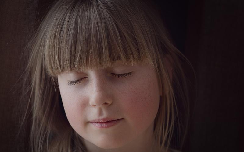 瞑想する少女