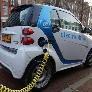 給油する電気自動車