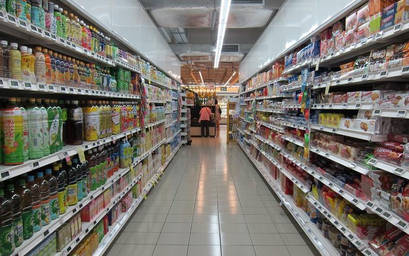 スーパーの食品棚
