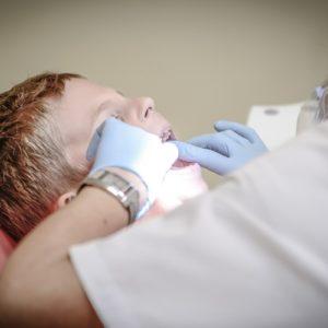 歯の治療をする医者と患者